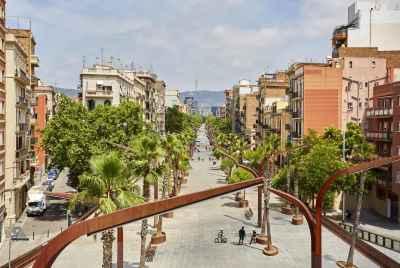 Магазин мебели и декора на центральном проспекте жилого района Барселоны